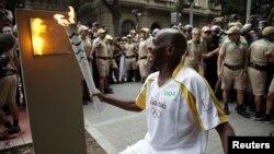 Житель Рио с Олимпийским огнем