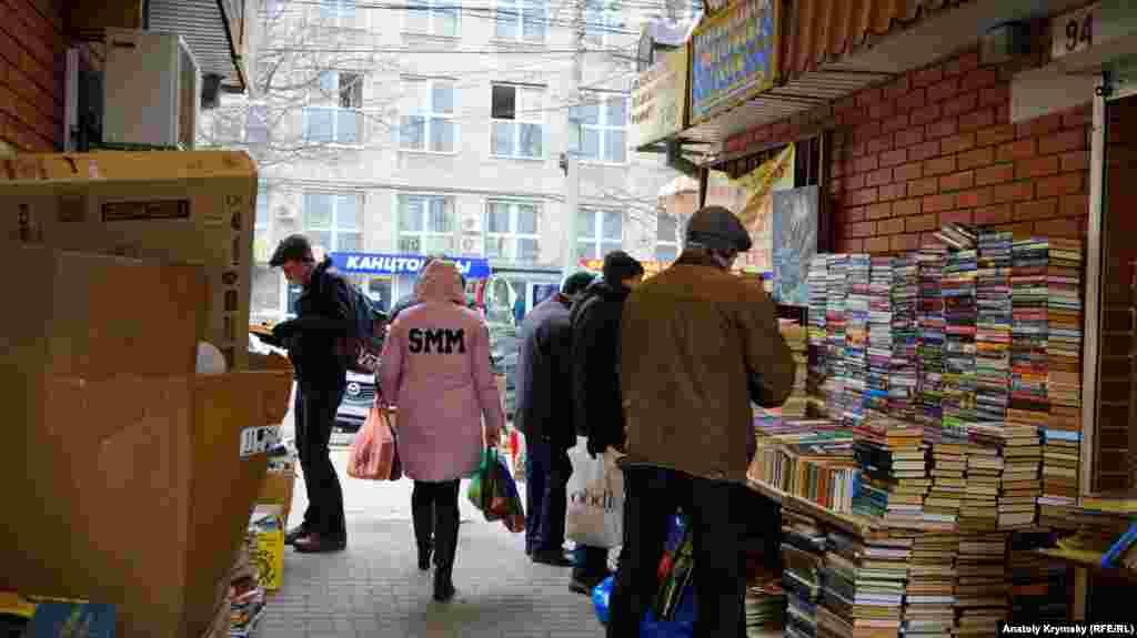Книжная лавка разместилась в проходе к Центральному рынку