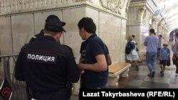Московские полицейские проверяют документы мигрантов на станции метро.