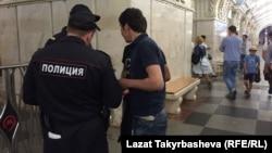Сотрудники полиции проверяют документы у мигрантов. Москва. Архивное фото.