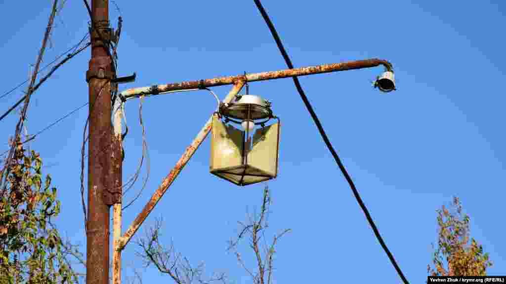 В этом, полуразвалившемся, установлена современная светодиодная лампочка