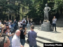 Памятник Юлу Бриннеру. Владивосток отмечает его 100-летие