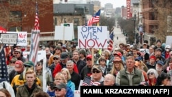 Протесты против ограничительных мер у здания легислатуры штата Висконсин (США), 24 апреля 2020 года.