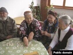 Ayşe Seitmuratova kimsesiz qart insanlar eviniñ sakinleri ile