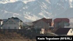 Алматы маңындағы Бағанашыл елдімекеніндегі тұрғын үйлер. 3 желтоқсан 2013 жыл. (Көрнекі сурет)