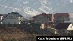 Стены, оставшиеся от жилой пристройки в поселке Баганашыл, в которой во время спецоперации в августе 2012 года сгорели люди. Снимок сделан с проспекта аль-Фараби. Алматы, 3 декабря 2013 года.