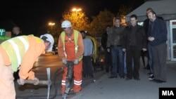 Градоначалникот на општина Центар Владимир Тодоровиќ, премиерот Никола Груевски и градоначалникот на Скопје Коце Трајановски во ноќна обиколка на скопските улици што се реконструираат.