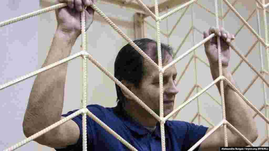 Май 2018. Владимир Балух голодает около месяца. Он отказался от еды после того, как подконтрольный Кремлю Верховный суд Крыма изменил приговор активисту. Судья исключил из обвинения пункт о приобретении боеприпасов. В связи с этим приговор изменили до 3 лет и 5 месяцев лишения свободы в колонии-поселении