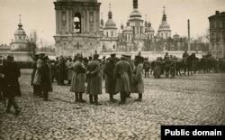 Німецький патруль на тодішній Думській площі (тепер майдан Незалежності) в Києві, літо 1918 року
