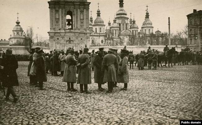 Німецькі військові перед Софійським собором, весна 1918 року