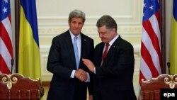 Джон Керрі та Петро Порошенко, архівне фото