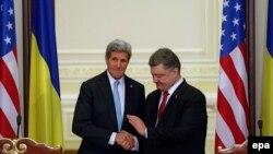 Жон Керри жана Петро Порошенко. Киев, 5-февраль, 2015-жыл.