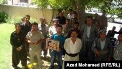 مواطنون امام مكتب برلمان كردستان في السليمانية