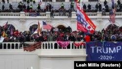 A távozó amerikai elnök, Donald Trump erőszakos támogatói megrohamozták az amerikai Kongresszus épületét