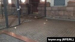 Постоли на території посольства Росії в Києві