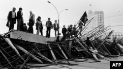 Люди на баррикадах перед Белым Домом в Москве, 21 августа 1991