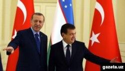 Түркия президенти Режеп Тайып Эрдоган менен Өзбекстан президентинин милдетин аткаруучу Шавкат Мирзиёев.