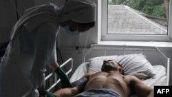 Медицинская сестра рядом с ВИЧ-инфицированным пациентом. Иллюстративное фото.