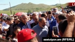 Armenia - Prime Minister Nikol Pashinian meets with protesters at Amulsar, 6July, 2018