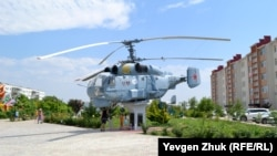 Еще один военный символ поселка – вертолет КА-27