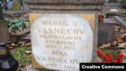 Надгробие Михаила Васнецова. Ольшанское кладбище, Прага