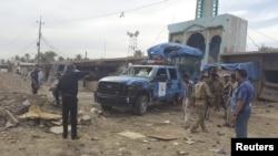 İraqda bomba qoyulmuş maşın partladılandan sonra, arxiv fotosu