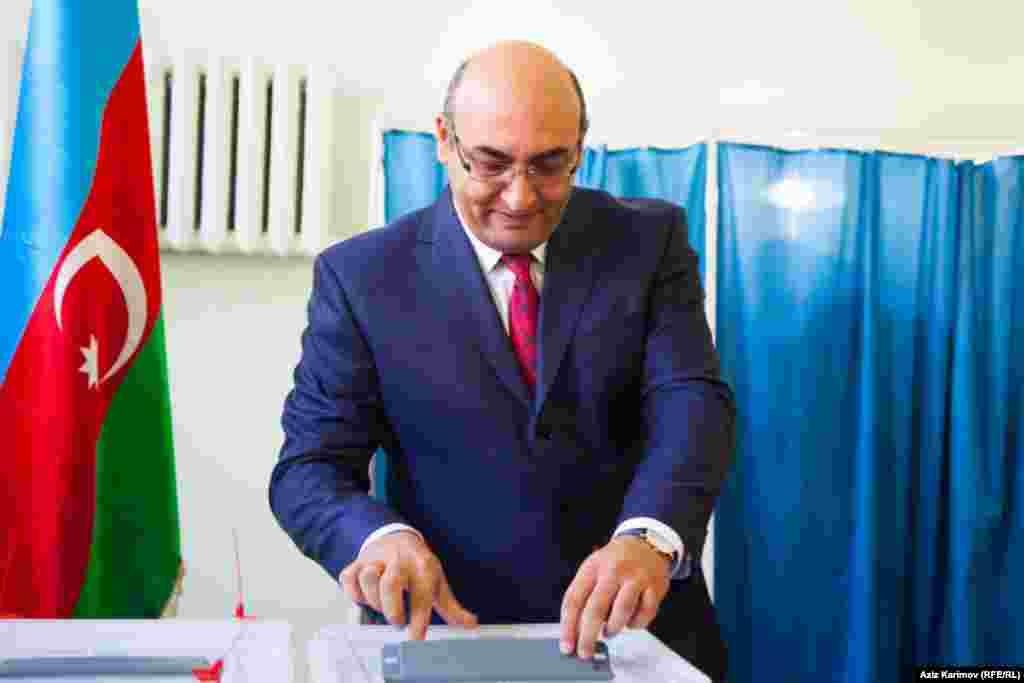 Prezidentliyə namizəd İqbal Ağazadə seçki məntəqəsində səs verir
