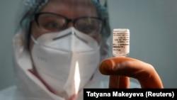 """Медсестра с ампулой российской вакцины от COVID-19 """"Sputnik V"""". Иллюстративное фото."""