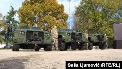 Pripadnik Vojske Crne Gore pored oklopnih vozila