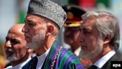 Ауғанстан президенті Хамид Қарзай (ортада), бұрынғы сыртқы істер министрі Абдулла Абдулла (оң жақта) және бұрынғы қаржы министрі Ашраф Ғани (сол жақта) тәуелсіздік күні өткен шарада. Кабул, 19 тамыз 2014 жыл.