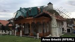 Kameni minaret visok 27 metara pri rušenju je oštetio dijelove džamije