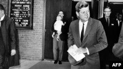 Президент США Джон Кеннеди покидает католическую церковь после мессы 28 октября 1962 года