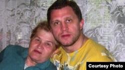 Руслан Салей разам з маці Тамарай Гаўрылаўнай, архіўнае фота
