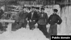 Во время работы в ремонтном цехе. Дилявер Менлимурзаев (первый слева) и его товарищи. Узбекистан, пос. Лянгар, 17 февраля 1956 года