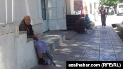 Garry aýal dükanyň öňünde dilegçilik edýär, Aşgabat