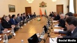 Архивска фотографија-делегации од Македонија и Бугарија предводени од премиерите Зоран Заев и Бојко Борисов на средба во Софија.