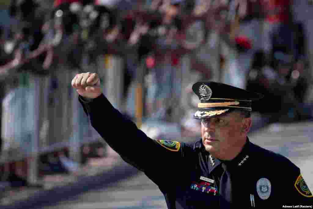 Șeful Poliției din Houston, Art Acevedo, ridică pumnul în mod simbolic, în timpul procesiunii funerare a lui George Floyd.
