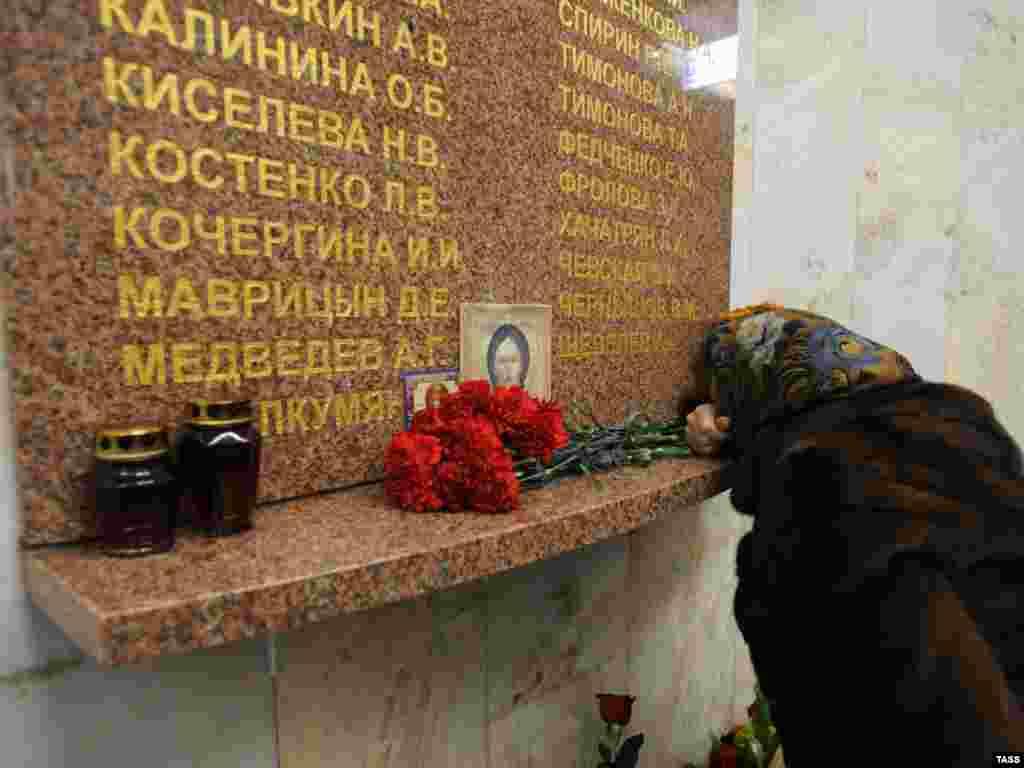 В Москве вспоминают погибших в результате теракта в метро между станциями Павелецкая и Автозаводская 6 февраля 2004 года