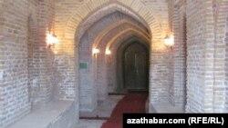 Astanababa mawzoleýiniň içki korridory.