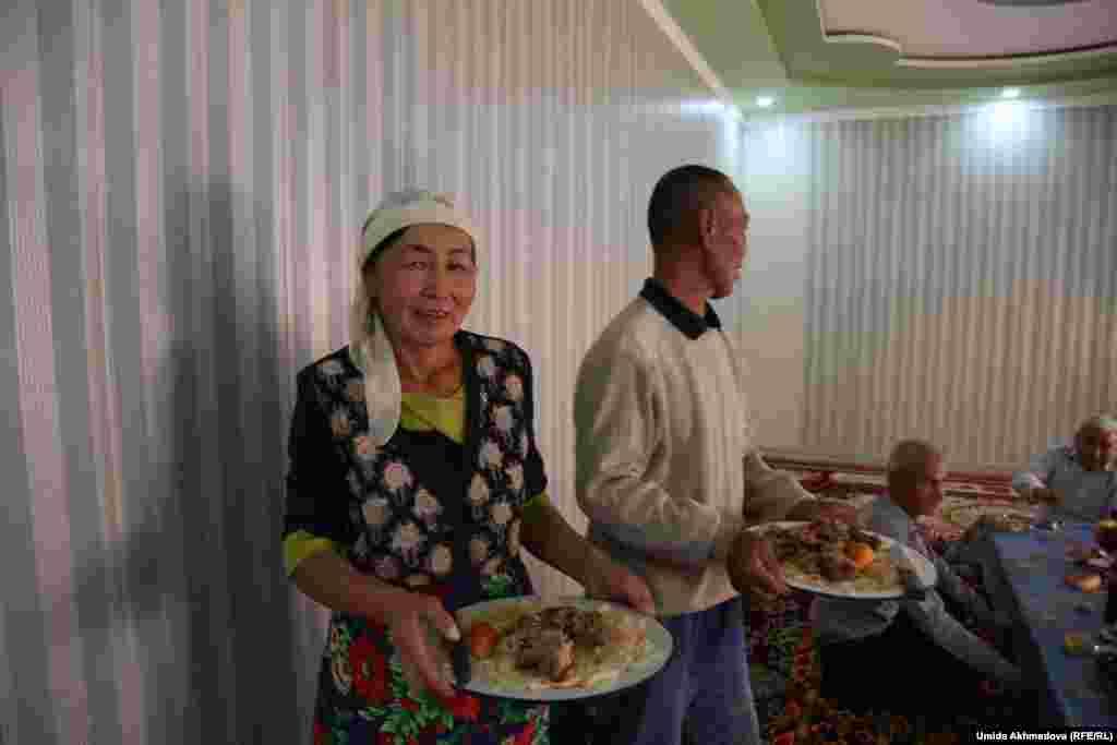 В гостиной. Нуржан и его жена Рая угощают гостей национальным блюдом - мясом по-казахски.