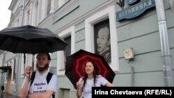 """Участники большой """"муравьиной"""" прогулки в Москве, 10 июня, 2012 года"""
