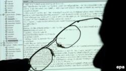 Код вируса на экране компьютера, иллюстративное фото