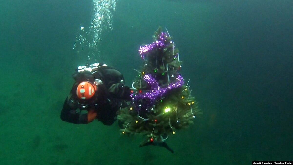 На Днепропетровщине на 45-метровой глубине установили подводную елку