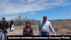 Robert Cekuta və xanımı Abşeron çimərliklərindən birində təmizlik işləri apararkən.