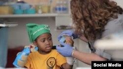 Зион Харви стал самым юным пациентом в мире, которому провели пересадку обеих кистей рук