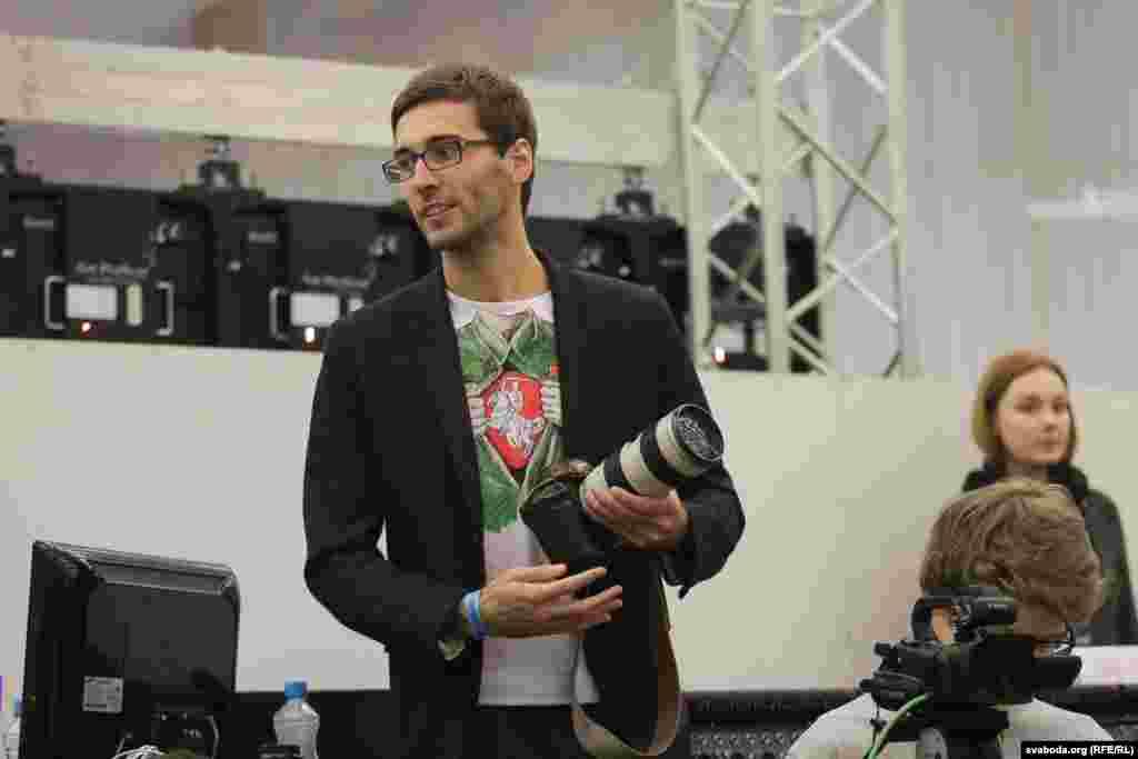 Блогер Антон Матолька прыйшоў у саколцы, якая сымбалізуе салідарнасьць з кадэтамі