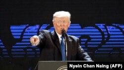 Президент США Дональд Трамп выступает на мероприятии в рамках саммита Азиатско-Тихоокеанского экономического сотрудничества (АТЭС). Дананг, 10 ноября 2017 года.