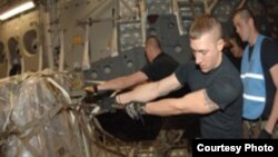 سربازان آمریکایی در حال انتقال تجهیزات نظامی