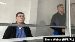 Кайсар Байдалы и бывший вице-министр энергетики Анатолий Шкарупа (справа), находящиеся под стражей более года. Караганда, декабрь 2019 года.
