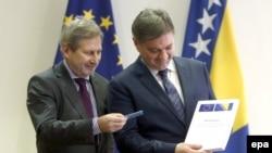 Evropski komesar Johannes Hahn i predsjedavajući Vijeća ministara BiH Denis Zvizdić koji u rukama drži Upitnik Evropske komisije, Sarajevo, decembar 2016.